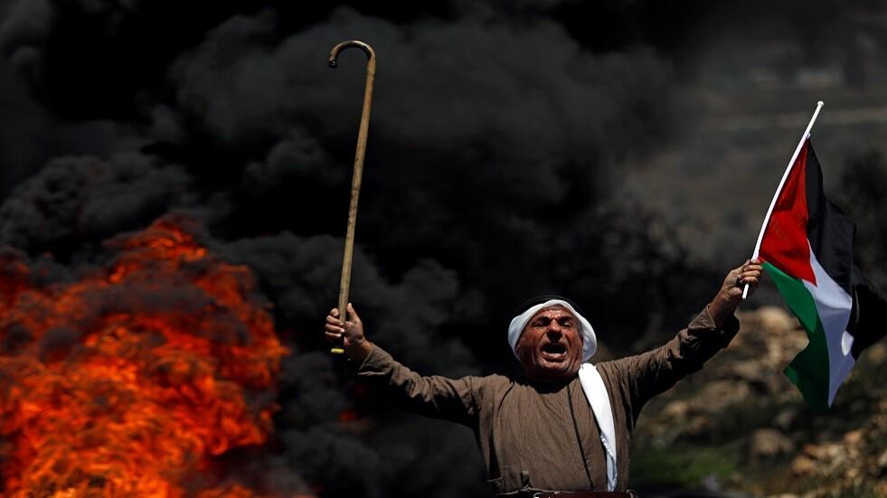 عجوز فلسطيني يرفع علم بلاده بتظاهرة قرب مستوطنة إسرائيلية - أرشيف