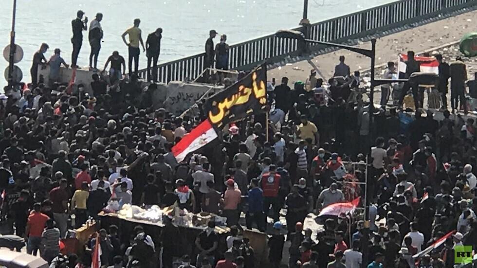 المتظاهرون على جسر الجمهورية وسط بغداد