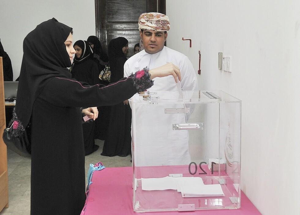 عمان.. بدء التصويت لانتخاب 86 عضوا في مجلس الشورى (صور)