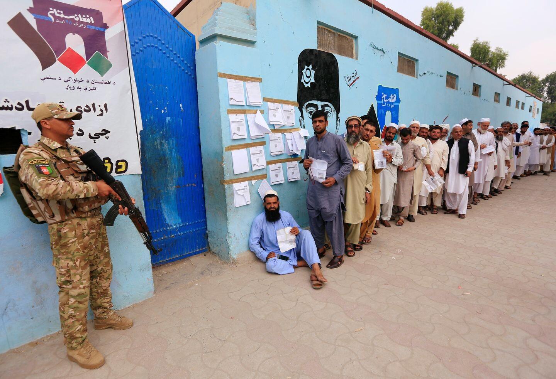 ناخبون أفغان عند أحد مراكز الاقتراع في مدينة جلال آباد الأفغانية