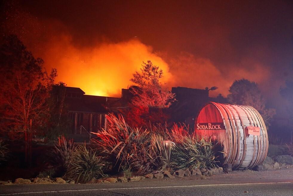 سلطات كاليفورنيا تجلي 180 ألف شخص بسبب الحرائق