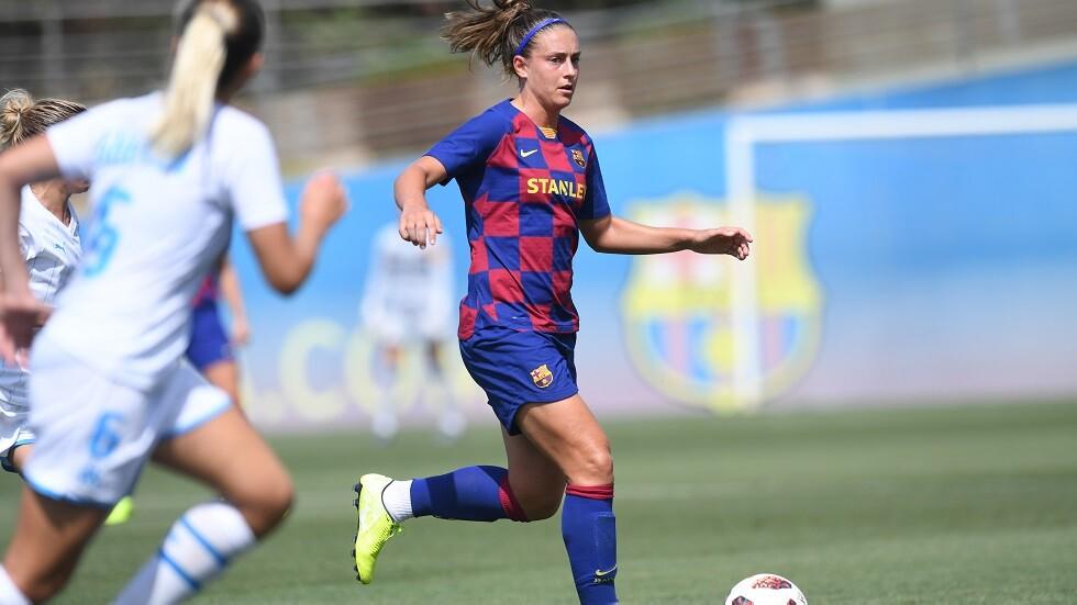 بالصور.. طفلة ترفض مرافقة لاعبة برشلونية بسبب قميص ريال مدريد