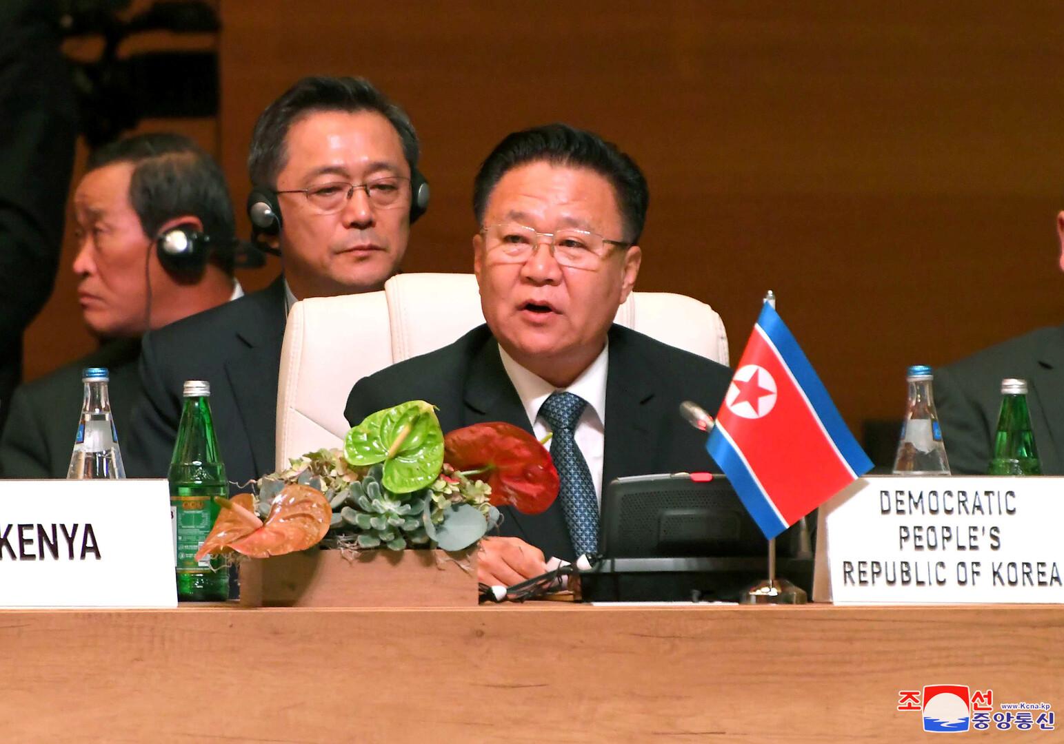 نائب رئيس مجلس الدولة ورئيس هيئة الرئاسة لمجلس الشعب الأعلى في كوريا الشمالية، تسوي ريون هي، خلال مشاركته في القمة الـ18 لحركة عدم الانحياز في باكو
