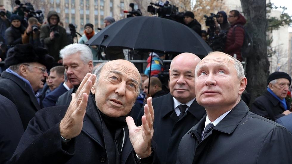الرئيس فلاديمير بوتين يستمع إلى شرح النحات غيورغي فرانغوليان عن تمثال يفغيني بريماكوف أمام وزارة الخارجية الروسية