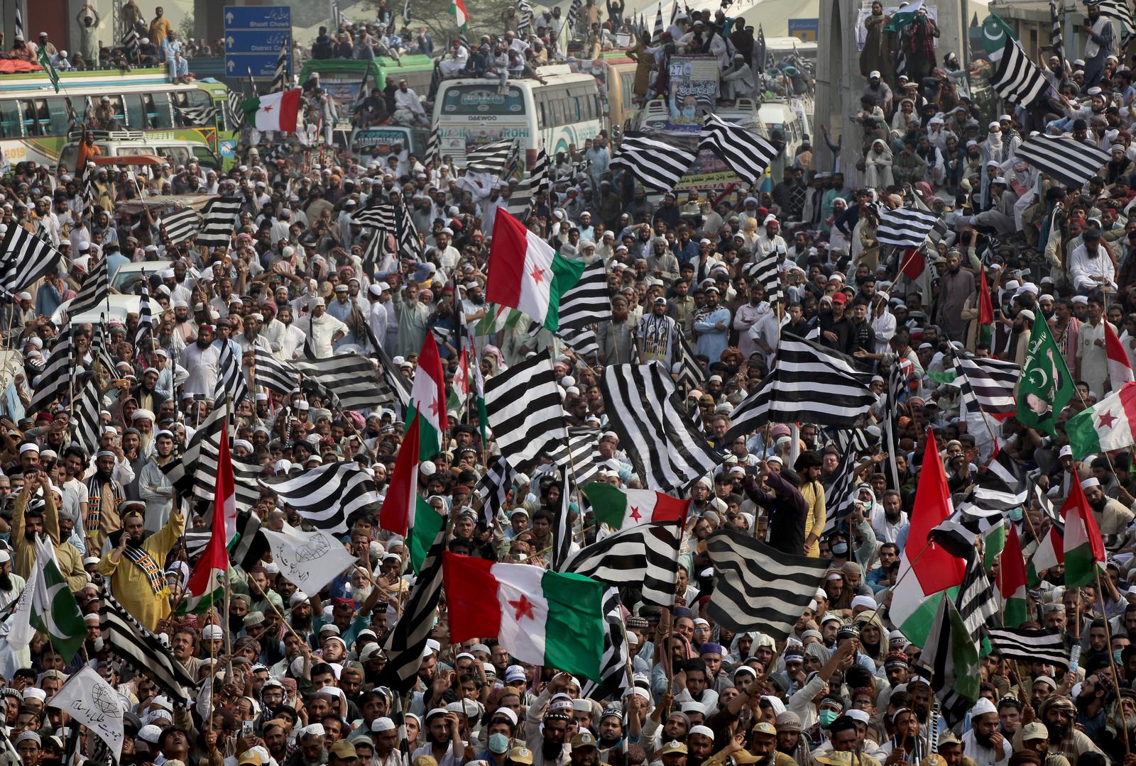 باكستان.. رجل دين يقود احتجاجات تطالب باستقالة رئيس الحكومة عمران خان