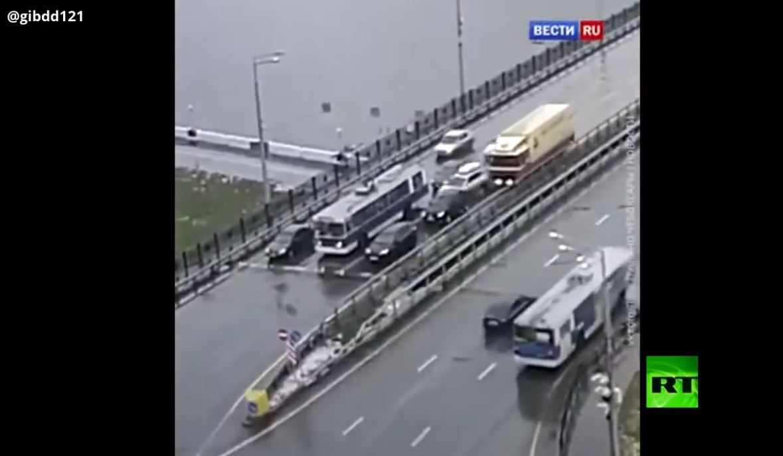 شاهد.. شاحنة تصطدم بمجموعة سيارات وتجر إحداها عشرات الأمتار