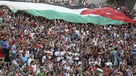 الأردن.. القبض على مشجعين هتفا لصدام حسين خلال مباراة الكويت (فيديو)