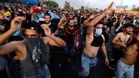 الشرطة العراقية تفتح النار على متظاهرين في بغداد وتصيب أحدهم بجروح خطيرة