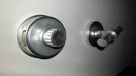 خزنة بباب سري ساعدت محتالا على سرقة الملايين