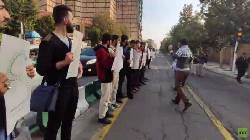 احتجاجات الإيرانيين أمام السفارة البريطانية