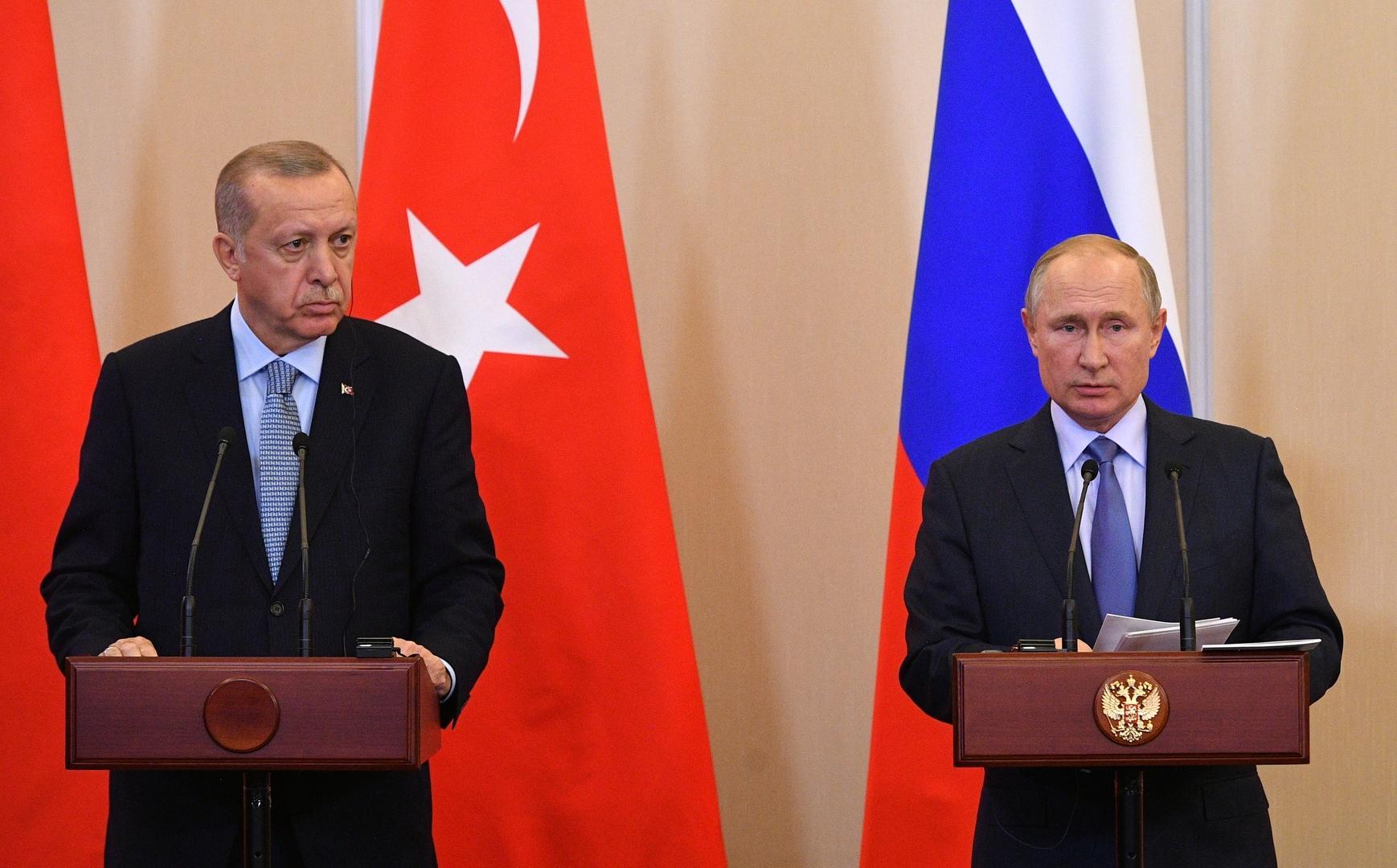 الرئيس الروسي، فلاديمير بوتين، ونظيره التركي، رجب طيب أردوغان، خلال مؤتمر صحفي في سوتشي يوم 22 أكتوبر 2019).