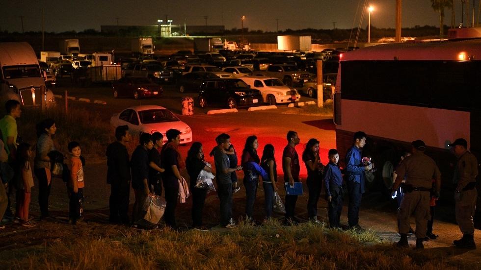 طوابير المهاجرين على الحدود بين المكسيك والولايات المتحدة (صورة من الأرشيف)