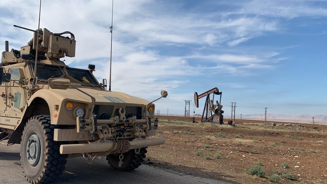 دورية أمريكية تتفقد حقول النفط بشمال شرقي سوريا (صور)
