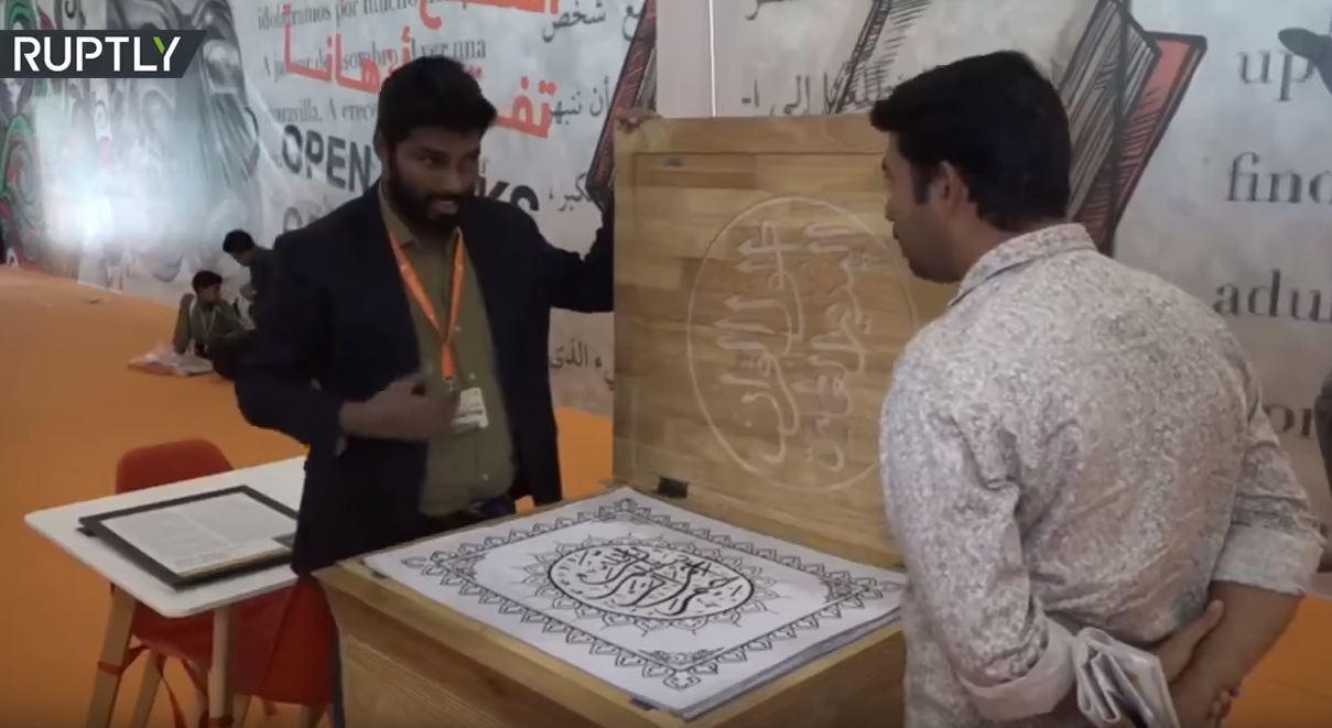 خطاط هندي يأمل بتحطيم الرقم القياسي العالمي لأطول مصحف مكتوب بخط اليد