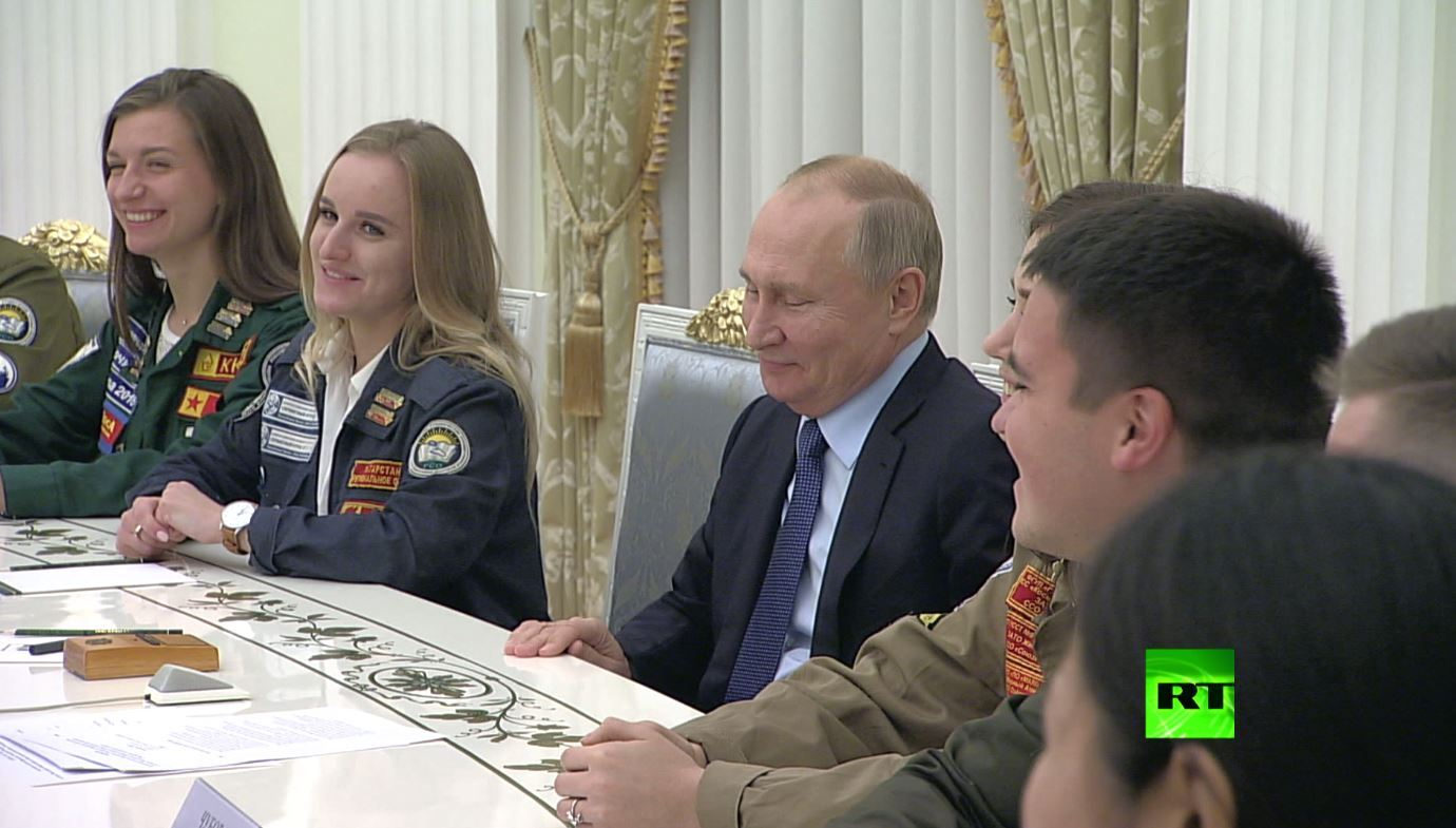بوتين ممازحا قائد فرق العمل الطلابية: أنت مثل بريجنيف، عليك أن تعرف من تقبّل!