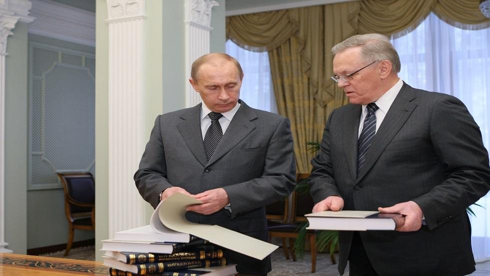 بوتين يطلع على مجادات الموسوعة