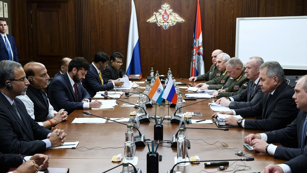 لقاء وزير الدفاع الروسي سيرغي شويغو مع نظيره الهندي راجناث سينغ