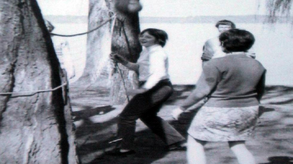 أنغيلا ميركل تعلب الكرة الطائرة مع أصدقاء (صورة أرشيفية من العام 1973)
