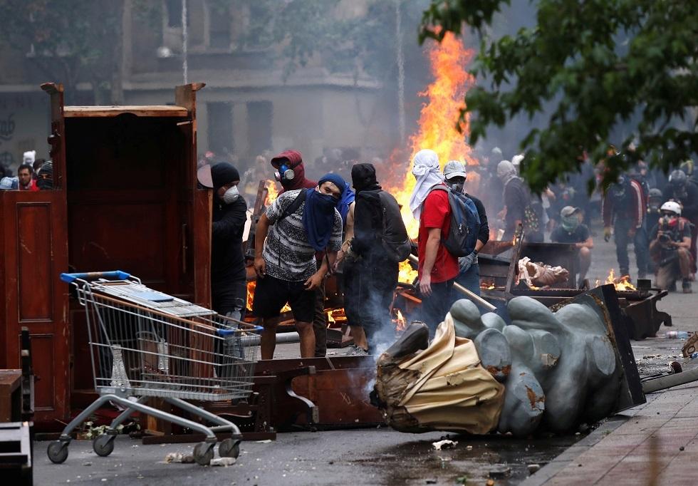 متظاهرو تشيلي يحرقون جامعة خاصة وينهبون كنيسة تاريخية (صور)