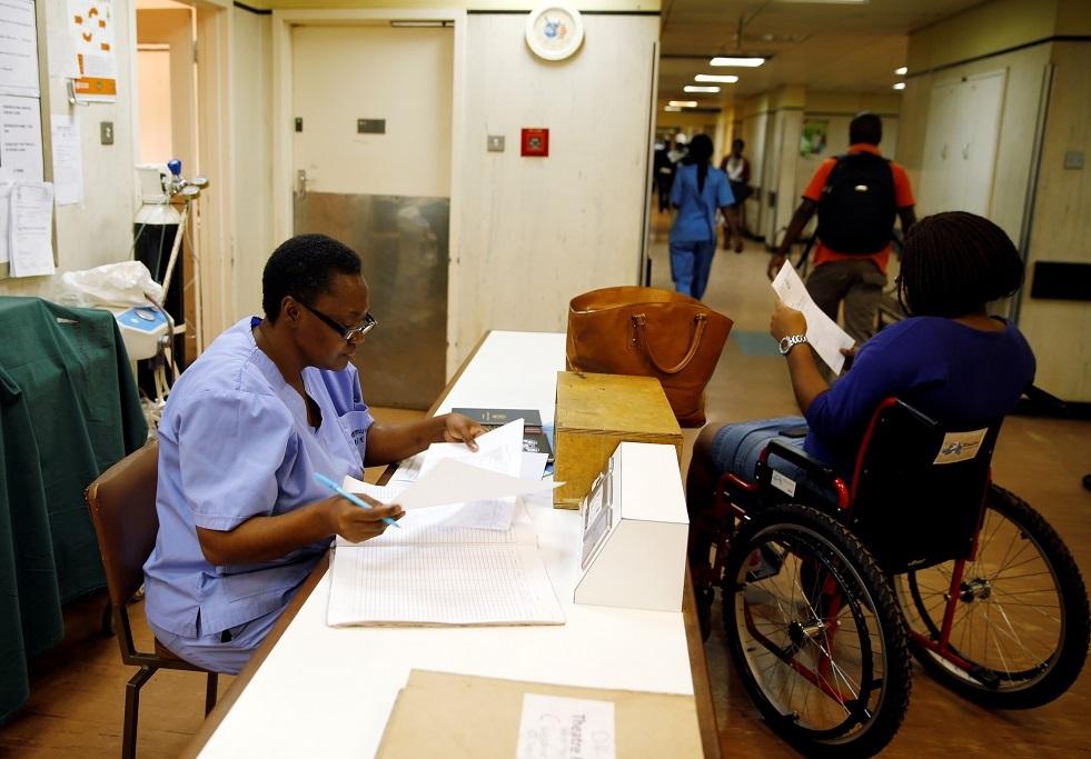 التهديد بفصل ثلث الأطباء في زيمبابوي بعد إضرابهم عن العمل -