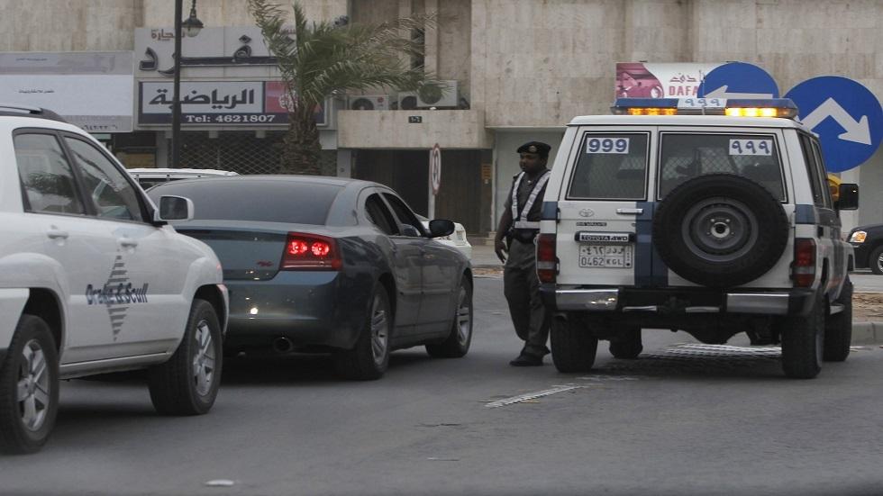 السعودية.. توقيف 3 شبّان رشوا فتيات بمادة بيضاء في الشارع (فيديو)