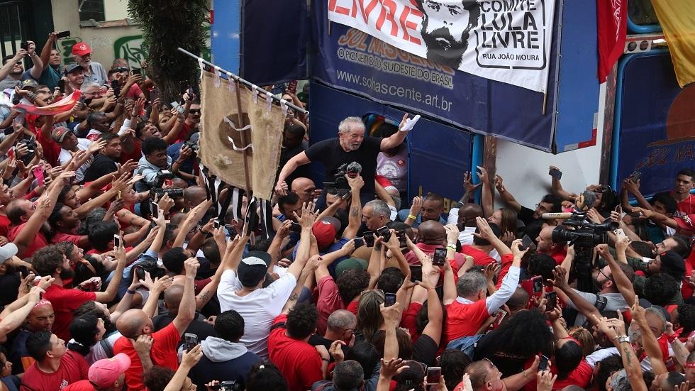 الرئيس البرازيلي الأسبق لويس إيناسيو لولا دا سيلفا عقب خروجه من السجن