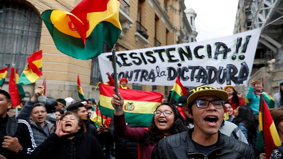 المعارضة البوليفية تسيطر على الإذاعة والتلفزيون.. والجيش يتفرّج