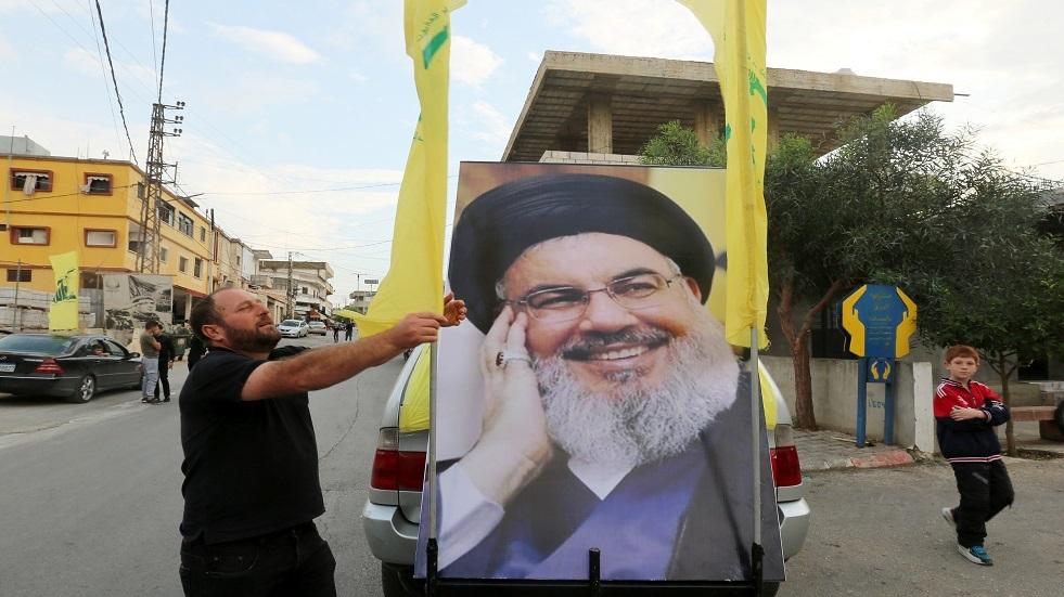 مواطن لبناني يرفع صورة حسن نصر الله - أمين عام حزب الله - أرشيف