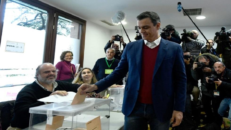 رئيس الوزراء الإسباني بدرو سانشيز يدلي بصوته أمس