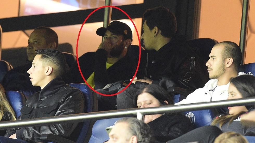 نيمار يتابع مباراة برشلونة التي فاز بها على سلتا فيغو 4-1 السبت الماضي.