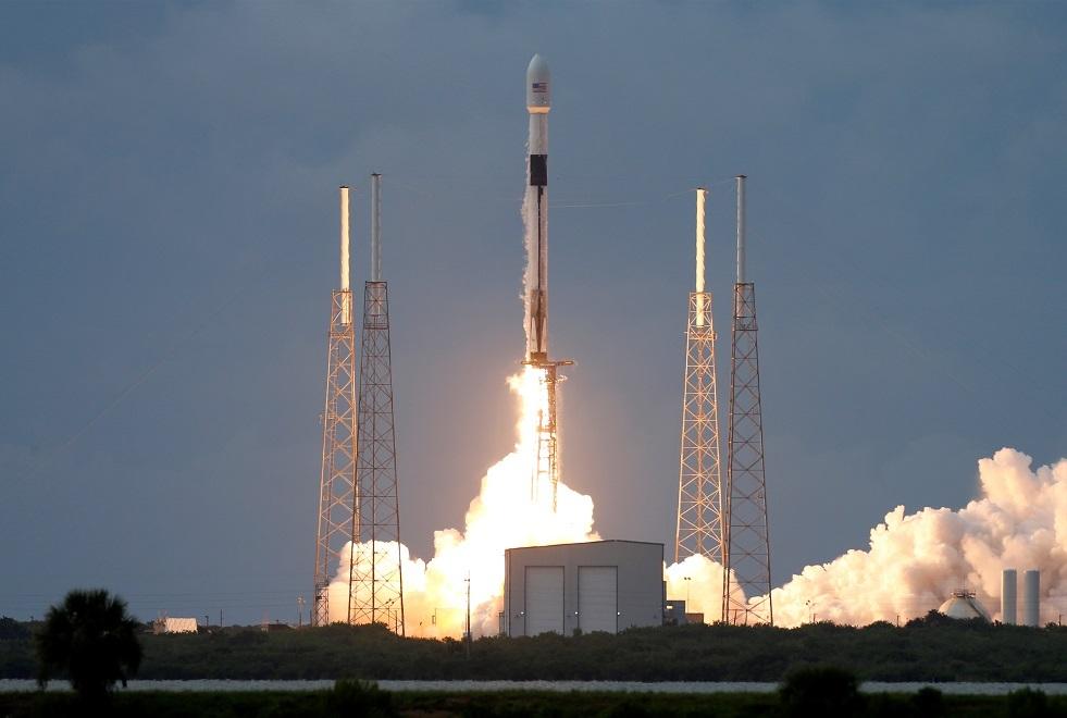 من فلوريدا إطلاق صاروخ يحمل 60 قمرا صناعيا صغيرا