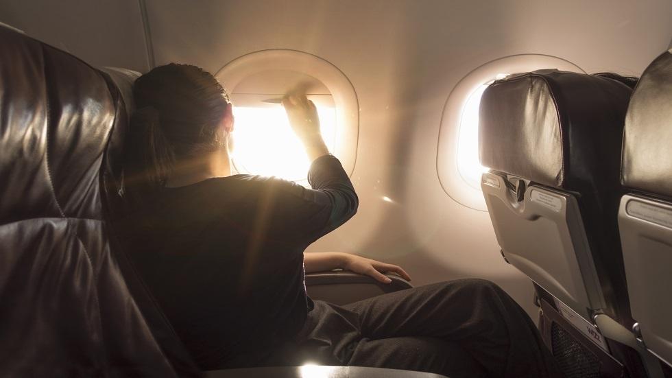 لماذا يجبر المسافرون على فتح ستائر نوافذ الطائرة عند الإقلاع والهبوط؟