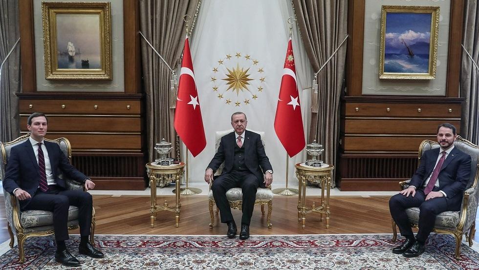 الرئيس التركي رجب طيب أردوغان مع صهر الرئيس الأمريكي جاريد كوشنر وصهره، وزير المالية بيرات ألبيرق