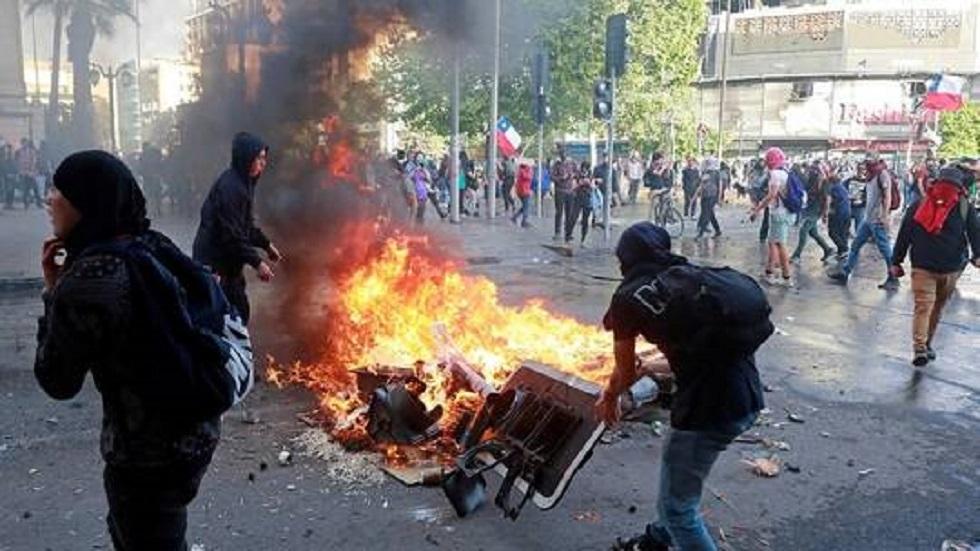 تصاعد المواجهات بين المتظاهرين والشرطة في تشيلي وتراجع قياسي للعملة