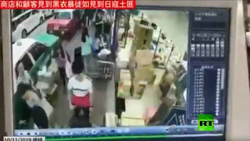 مواطنون يختبئون من مثيري الشغب في هونغ كونغ