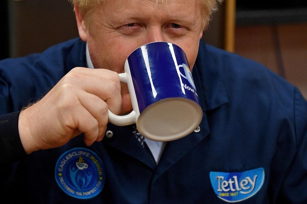 البريطانيون ينتقدون طريقة جونسون في احتساء الشاي