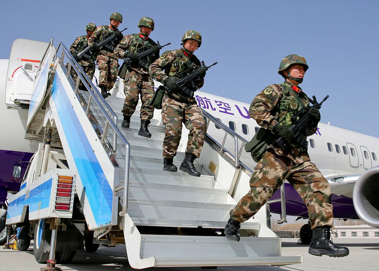 عناصر من الشرطة العسركية الصينية خلال مشاركتهم في عملية مكافحة الإرهاب بإقليم شينجيانغ