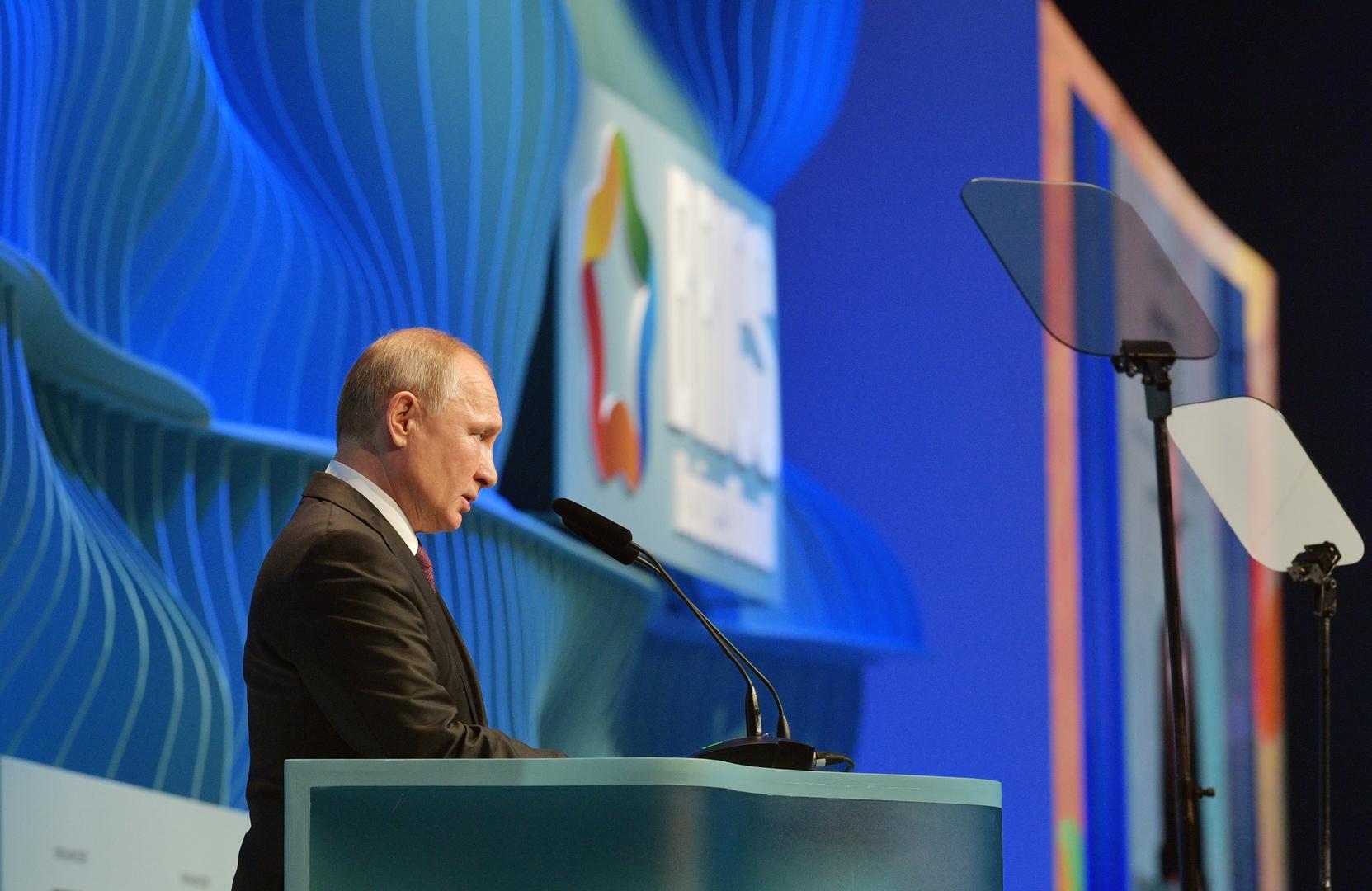 الرئيس الروسي فلاديمير بوتين يلقي كلمة خلال الحفل الختامي لمنتدى بريكس للأعمال في العاصمة البرازيلية