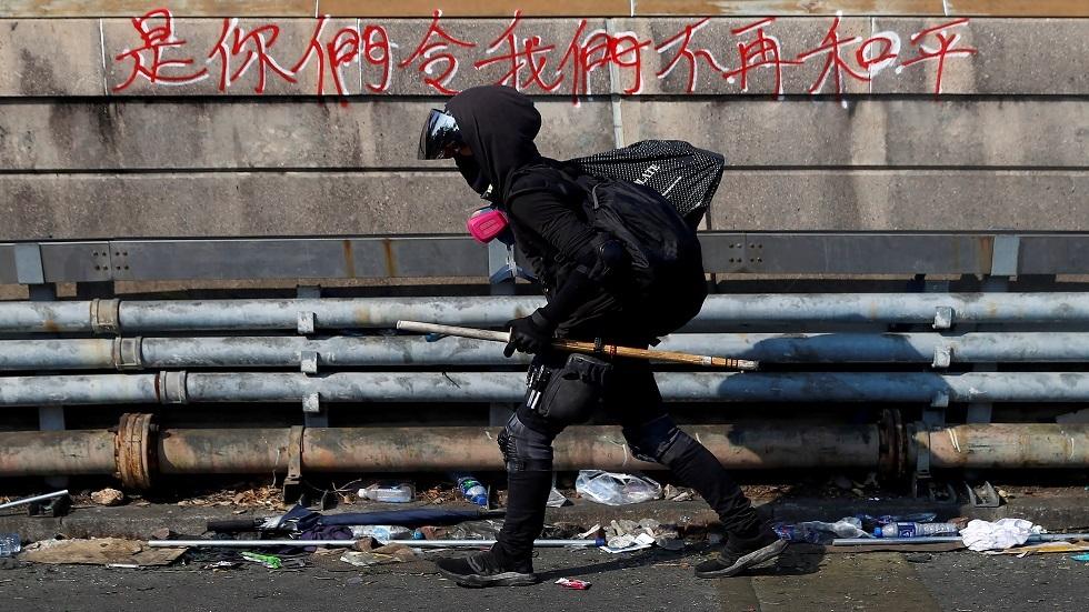 محتجو هونغ كونغ يستخدمون سلاحا بدائيا
