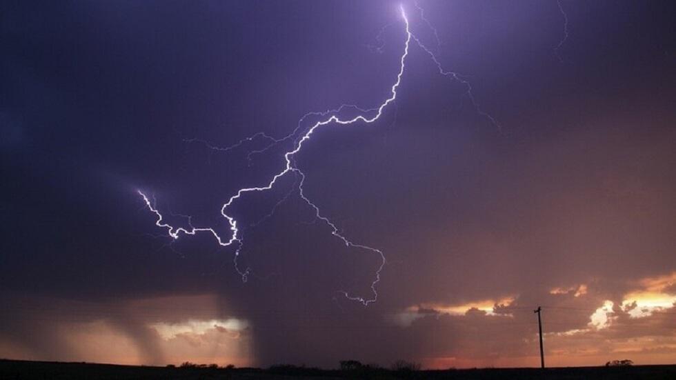 صورة فاتنة تظهر صاعقة تضرب بركانا ثائرا