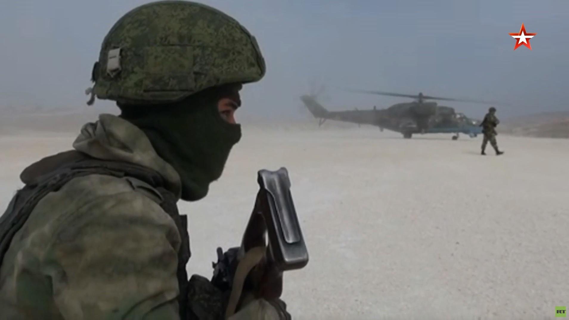 مشاهد لإنزال وحدة هجومية من الشرطة العسكرية الروسية على قاعدة أمريكية سابقة في سوريا