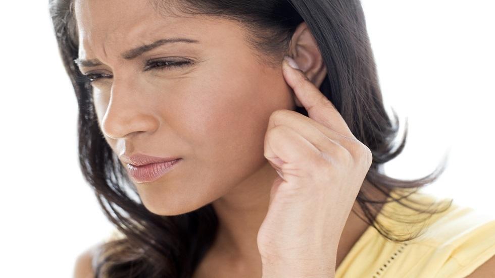 حيل بسيطة تخلصك من ألم الأذنين المزعج على متن الطائرة