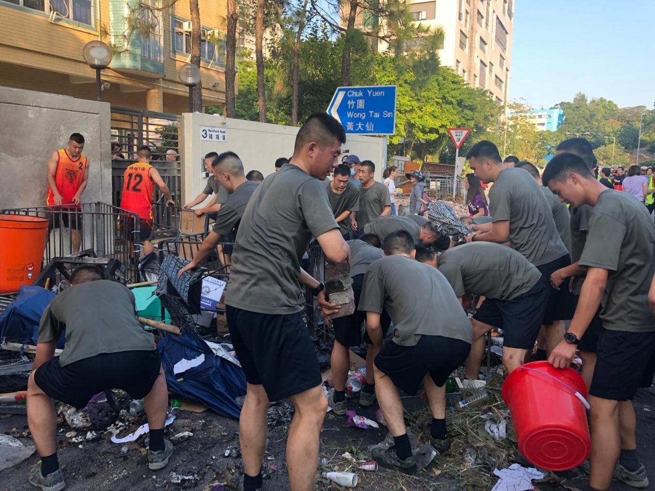 لأول مرة.. الجيش الصيني يزيل متاريس في شوارع هونغ كونغ