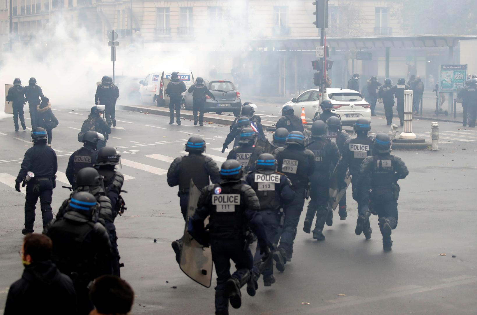 عناصر من الشرطة الفرنسية خلال تصديهم لمشاركين في مظاهرات السترات الصفراء في باريس يوم 16 نوفمبر 2019