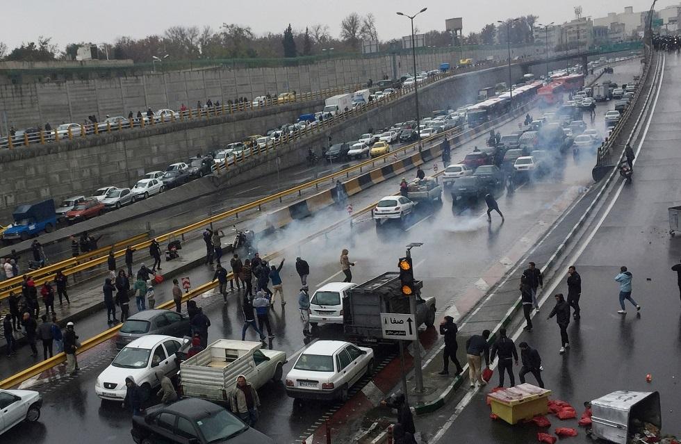 بالفيديو.. إصابة متظاهر برصاص قوات الأمن الإيرانية في مدينة أصفهان