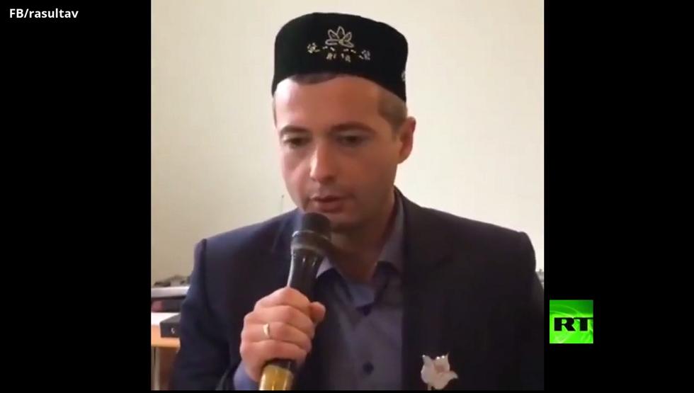 بطل روسيا الذي هبط بسلام بطائرة ركاب في حقل ذرة يتلو القرآن