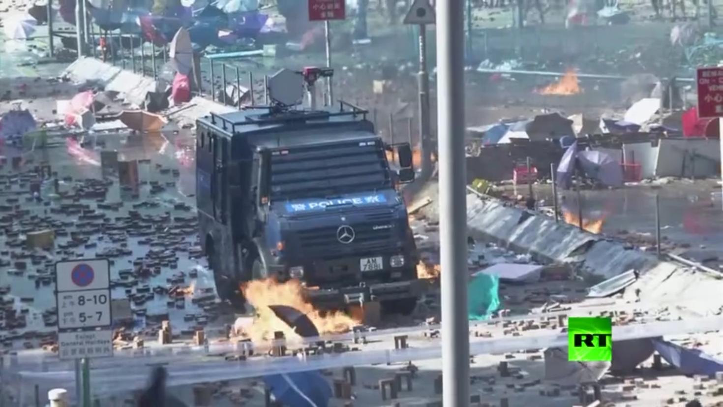 مواجهات حامية الوطيس بين شرطة هونغ كونغ وطلاب جامعيين (فيديو)