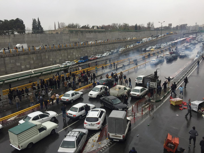 الداخلية الإيرانية تحذر المحتجين وتلوح بإجراءات صارمة