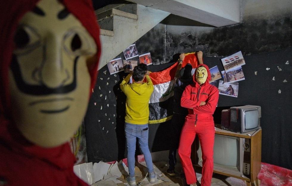 عراقيون بأقنعة الفنان سلفادور دالي