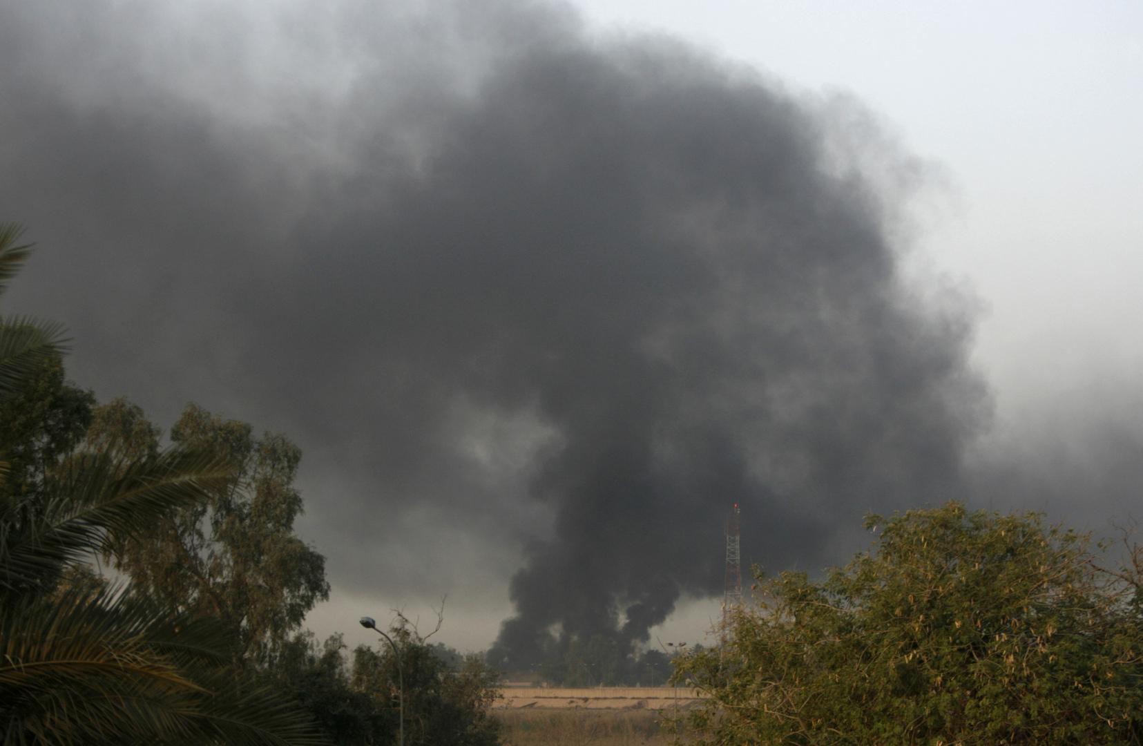 دخان يتصاعد من موقع سقوط صاروخ في المنطقة الخضراء بالعاصمة العراقية بغداد (أرشيف)